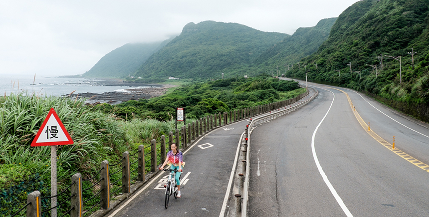 Cycling along the coast in Taipei